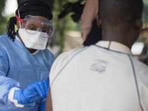 Un agent de santé administrant le vaccin contre le virus Ebola